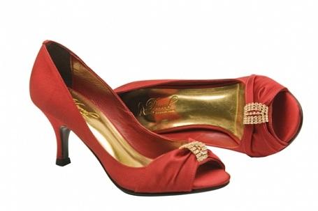 1e2200d6d Madrinhas, Formandas, Convidadas e 15 anos: O sapato também deve ser no mesmo  tom do vestido, mas se não for possível, a saída são os metalizados, ...