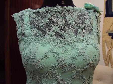 Vestido de renda verde bordado com perola