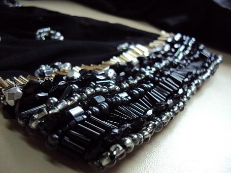 fda447f8d O vestido é em shantung de seda pura preto