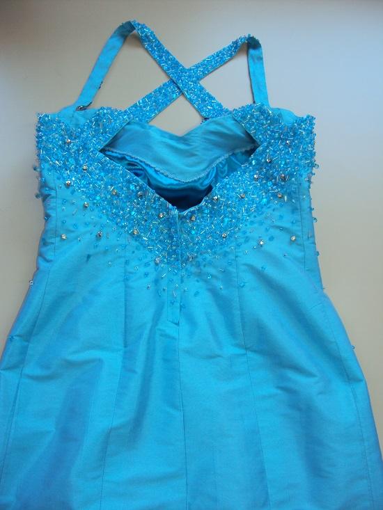 Vestido de festa na cor azul piscina